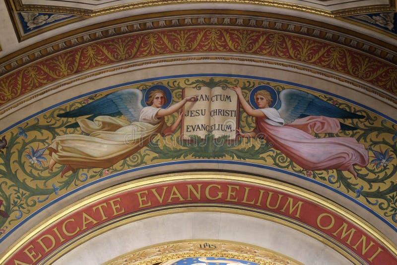 Twee Engelen Ondersteunend het Boek van de Evangelies royalty-vrije stock fotografie