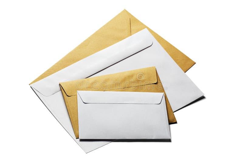Twee enveloppen in wit en kraftpapier-document op geïsoleerde witte achtergrond met schaduwen royalty-vrije stock fotografie