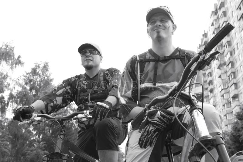 Twee ernstige fietsers stock foto's