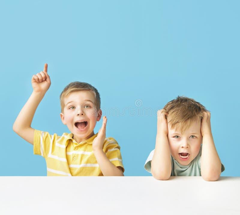 Twee expressieve jongens die samen stellen royalty-vrije stock foto's