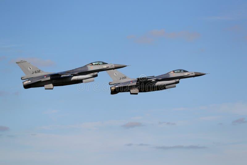 Twee f-16 Stralen van de Vechter in vorming stock fotografie