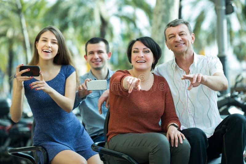 Twee families die grote reis drijven stock foto