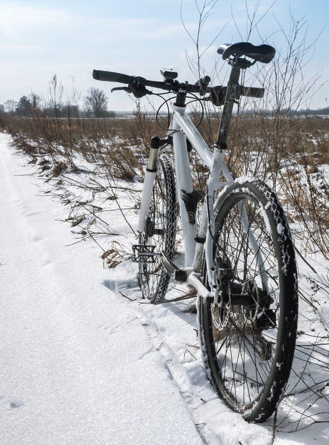 Twee fietsen in de sneeuw, een Fietsrit op sneeuwsmelting, die in de vroege lente cirkelen royalty-vrije stock foto's