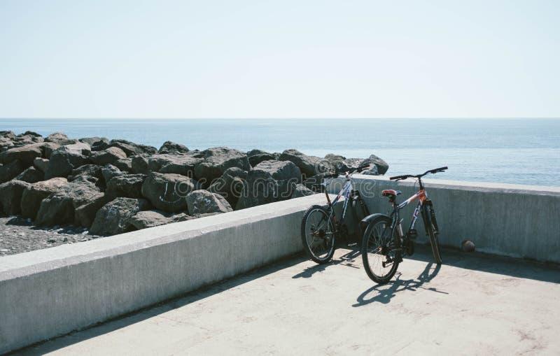 Twee fietsen die dichtbij een strand worden geparkeerd royalty-vrije stock foto's