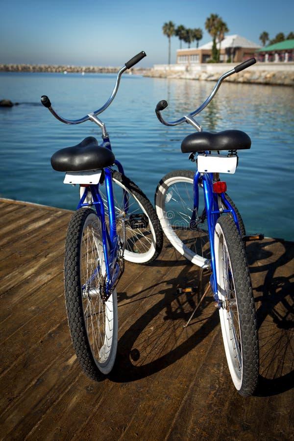 Twee fietsen op een pijler royalty-vrije stock afbeelding