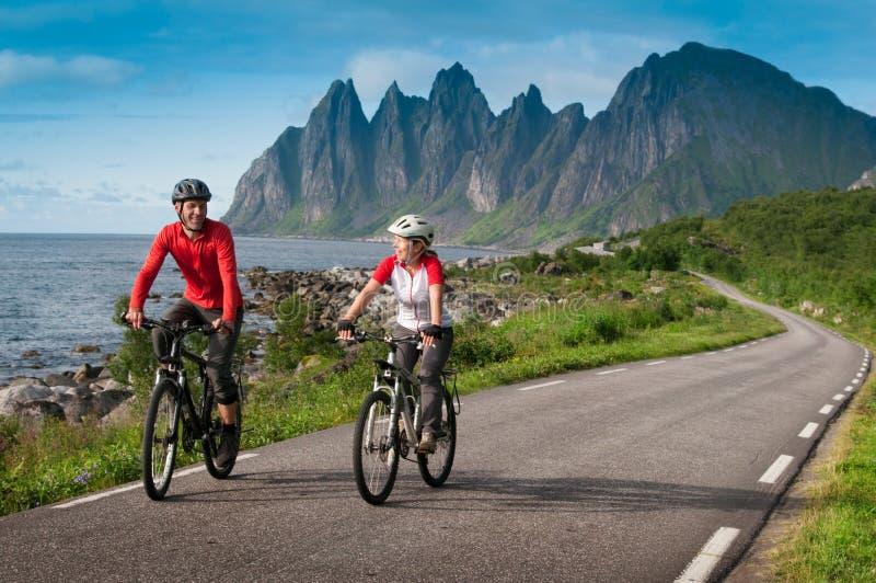 Twee fietsers ontspannen het biking stock afbeeldingen