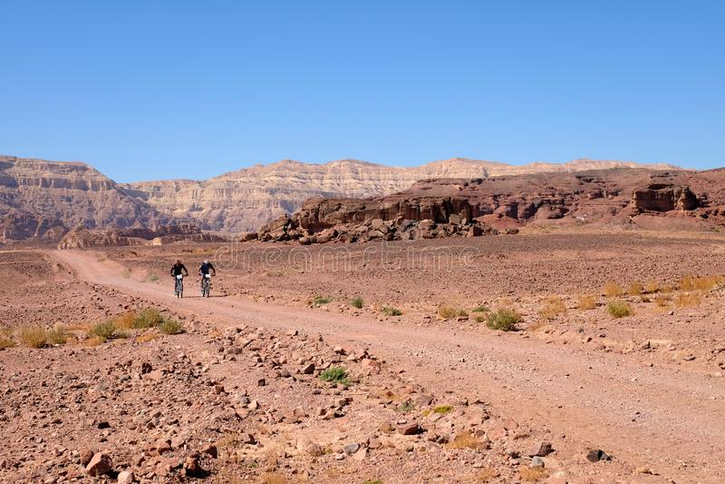 Twee fietsers in Timna-bergen stock afbeeldingen