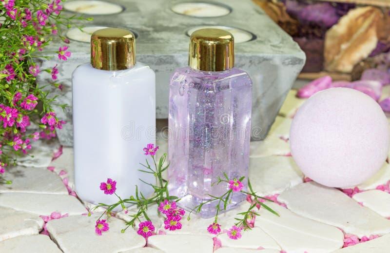 Twee flessen bloemenparfum royalty-vrije stock fotografie