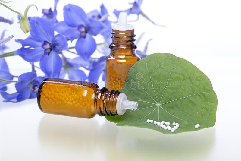 Twee flessen met homeopathiedruppeltjes royalty-vrije stock foto