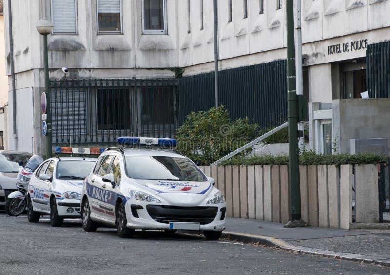 Twee Franse politiewagens die in de straat worden geparkeerd stock afbeelding