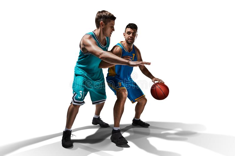 Twee gameplay basketbalspelers geïsoleerd op wit stock foto's