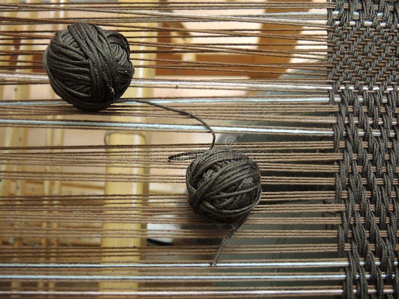 Twee garenballen met loopvlakken op het weefgetouw stock afbeelding
