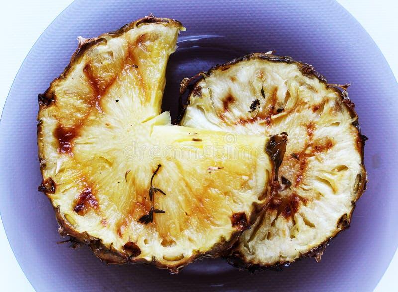 Twee gebraden sappige ananas op plaat stock fotografie