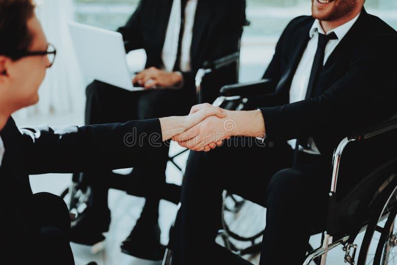 Twee Gehandicapt op het Commerciële Vergadering Schudden Handen stock foto's