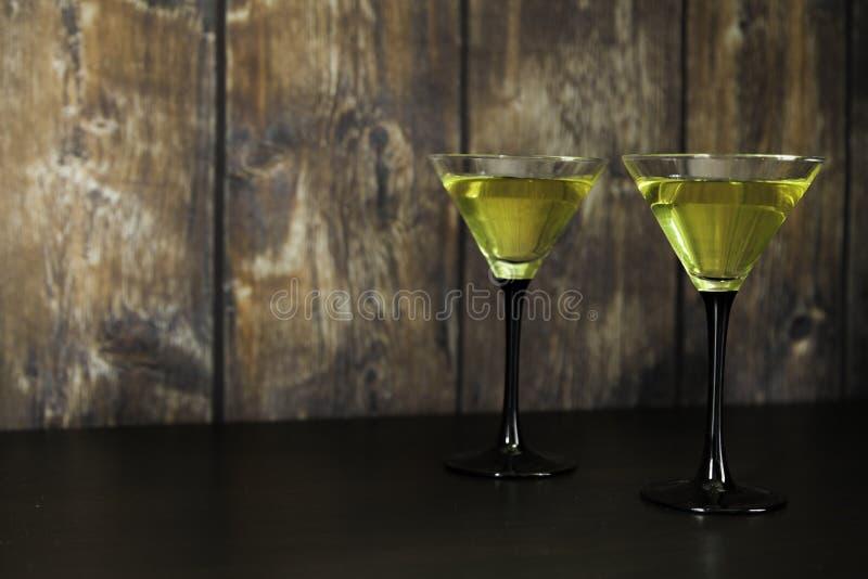 Twee gele cocktails royalty-vrije stock afbeeldingen