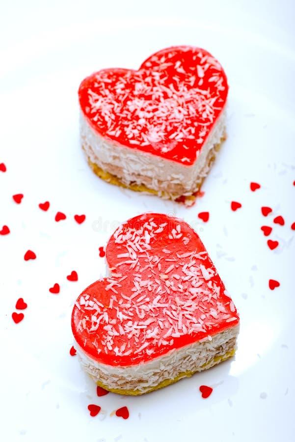 Twee gelei hart-vormige cakes stock foto