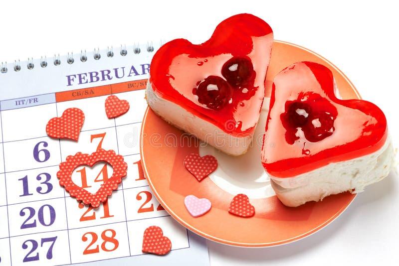 Twee gelei hart-vormige cakes en Valentijnskaartenkalender royalty-vrije stock foto