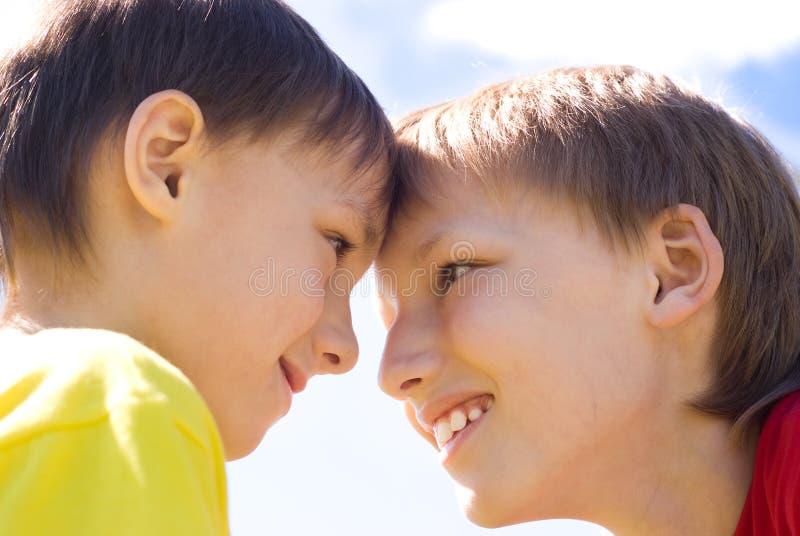 Twee gelukkige broerstribune stock fotografie