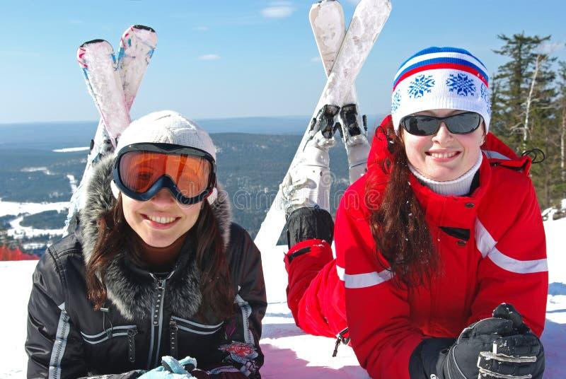 Twee gelukkige jonge skiërs royalty-vrije stock foto