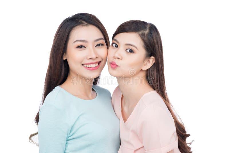 Twee gelukkige jonge vrouwelijke vrienden Het Aziatische meisjes lachen stock fotografie