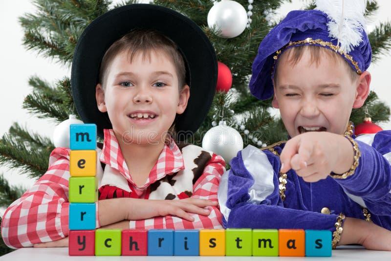 Twee gelukkige jongens in Carnaval kostuums royalty-vrije stock afbeelding