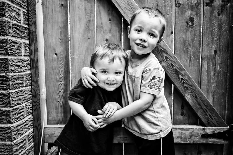 Twee Gelukkige Jongens die Zwart-wit - koesteren royalty-vrije stock foto's