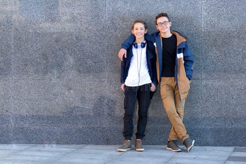 Twee gelukkige mannelijke vrienden die zich en camera bekijken verenigen royalty-vrije stock foto's
