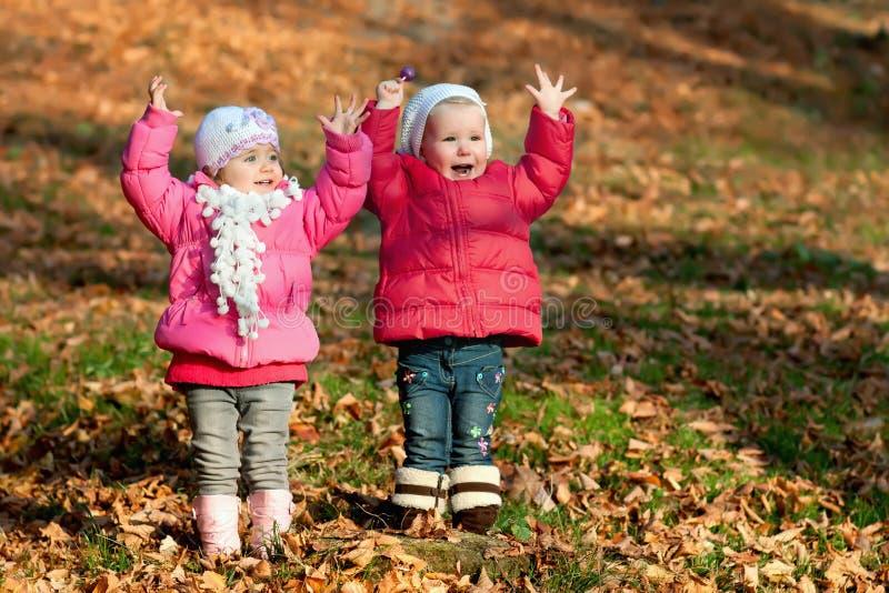 Twee gelukkige meisjes royalty-vrije stock afbeelding