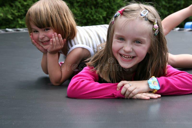 Twee gelukkige meisjes. stock foto
