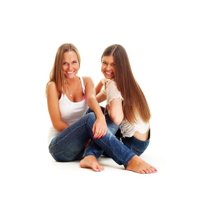 Twee gelukkige meisjes in jeans royalty-vrije stock afbeelding