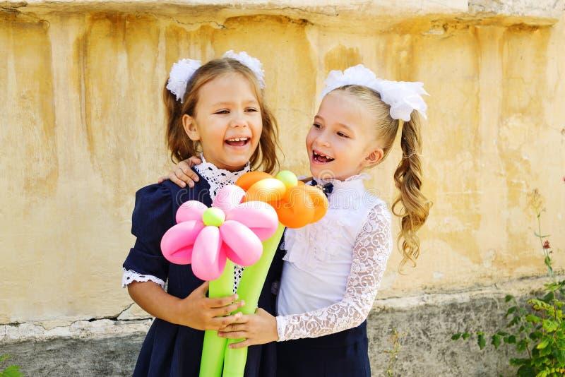 Twee gelukkige schoolmeisjes stock fotografie