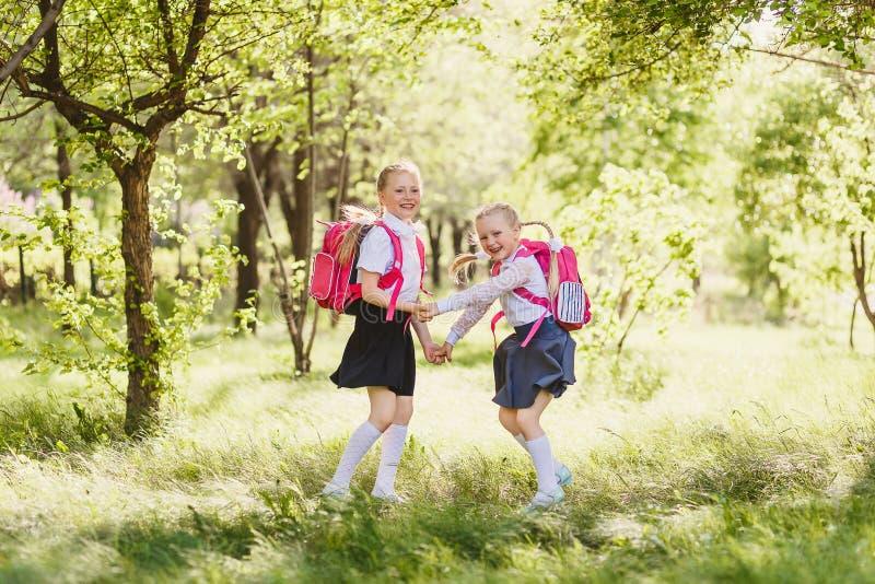 Twee gelukkige schoolmeisjes van primaire klassen royalty-vrije stock foto