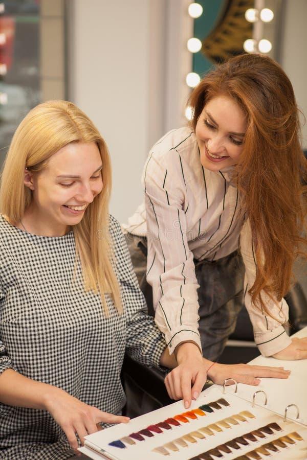 Twee gelukkige vrouwen die van dag genieten bij haarsalon royalty-vrije stock foto's
