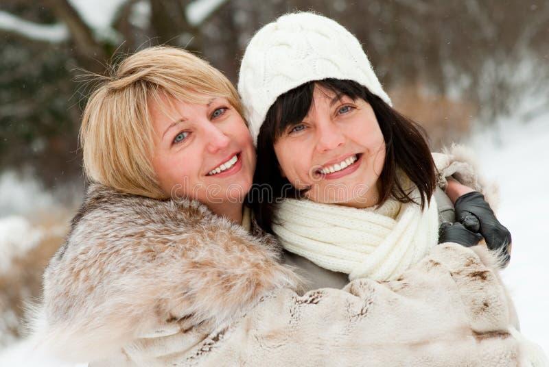 Twee gelukkige vrouwen op middelbare leeftijd stock afbeelding