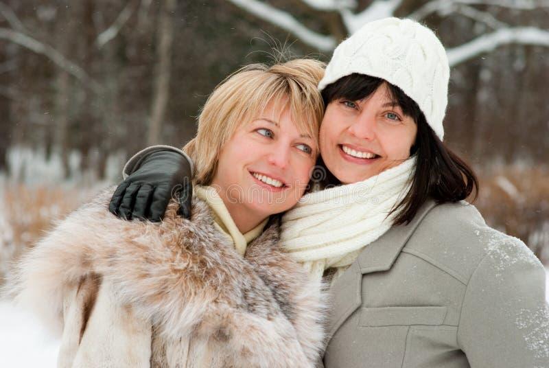 Twee gelukkige vrouwen op middelbare leeftijd royalty-vrije stock foto's