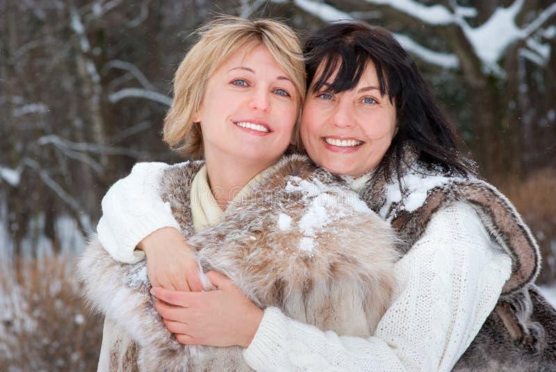 Twee gelukkige vrouwen op middelbare leeftijd royalty-vrije stock afbeelding