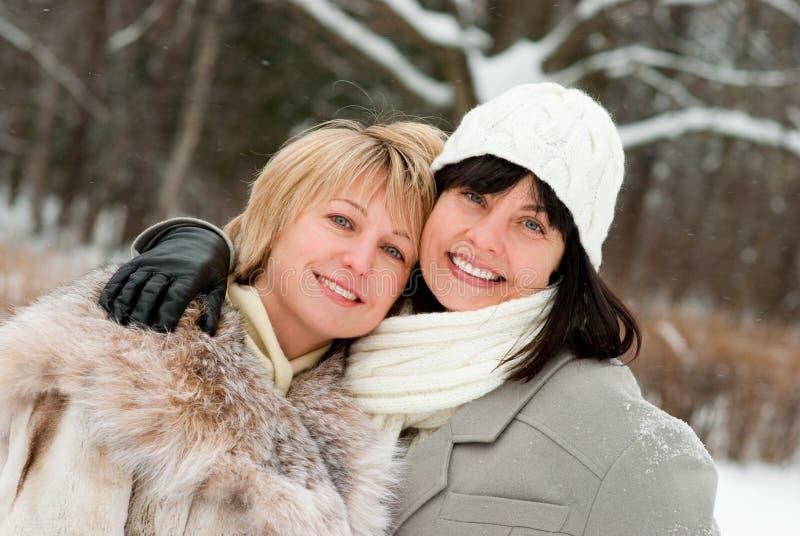 Twee gelukkige vrouwen op middelbare leeftijd royalty-vrije stock fotografie