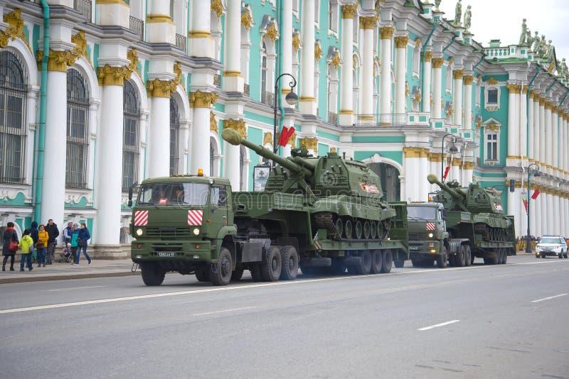 Twee gemotoriseerde artilleriekanonnen msta-S op aanhangwagens Voorbereiding voor het houden van een parade ter ere van Victory D stock fotografie