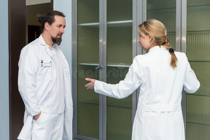 Twee geneeskundearbeiders royalty-vrije stock fotografie