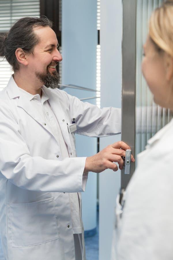 Twee geneeskundearbeiders stock foto