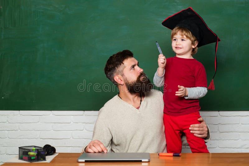 Twee generaties Concept onderwijs en het onderwijs Kleine studenten Basisschoolleraar en student binnen royalty-vrije stock afbeeldingen