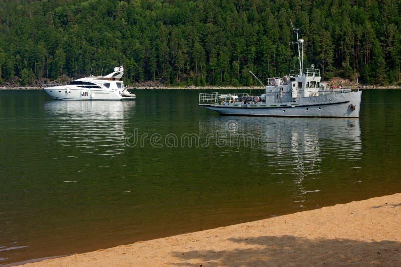 Twee generaties van kleine toeristenschepen op Meer Baikal royalty-vrije stock foto's