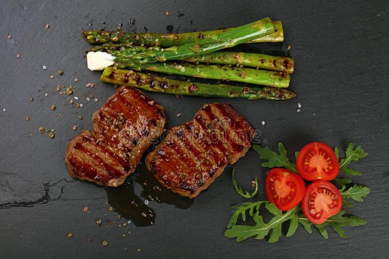 Twee geroosterde biefstuk op zwarte leiraad royalty-vrije stock foto