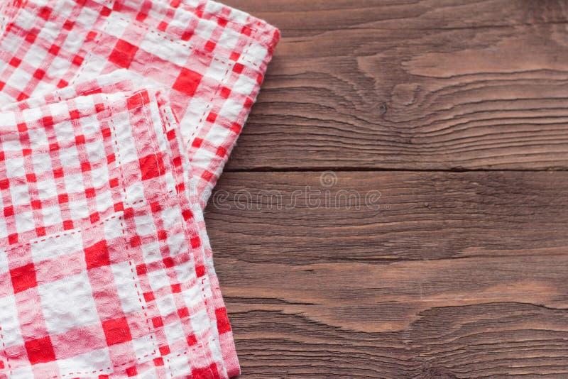 Twee geruite servetten op houten achtergrond, sluiten omhoog stock foto's