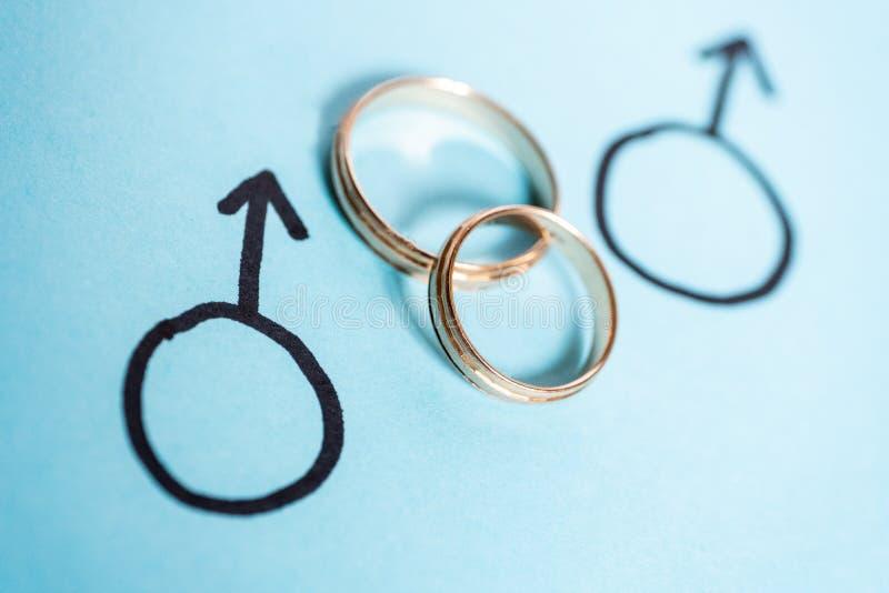 Twee geslachtssymbolen van Mars met trouwringen Concept LGBT Vrolijk Huwelijk royalty-vrije stock afbeeldingen