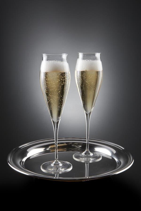 Twee gevulde fluiten van champagne stock afbeelding