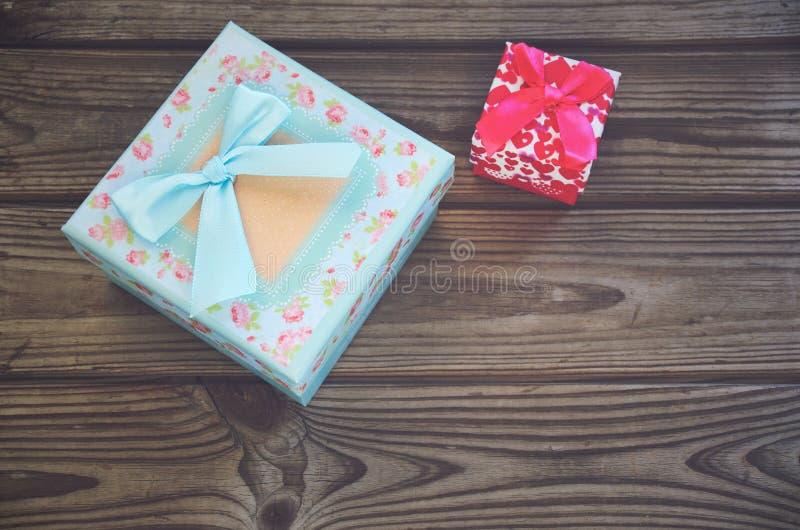 Twee giftdozen blauw en roze op een houten achtergrond horizontaal royalty-vrije stock fotografie