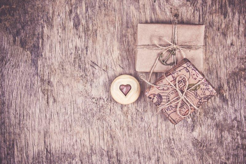 Twee giftdozen en een hartkoekje Romantisch concept Koekjes van valentijnskaart De ruimte van het exemplaar royalty-vrije stock afbeeldingen
