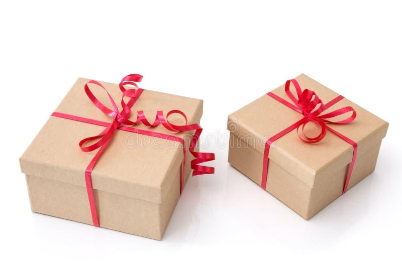 Twee giftdozen met rode linten op witte achtergrond royalty-vrije stock foto's