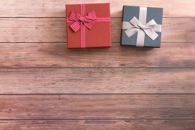 Twee giftvakjes met lint op houten lijst, exemplaarruimte Giften, viering, valentijnskaartenthema stock fotografie